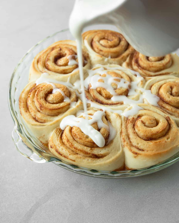 adding vanilla glaze to cinnamon rolls